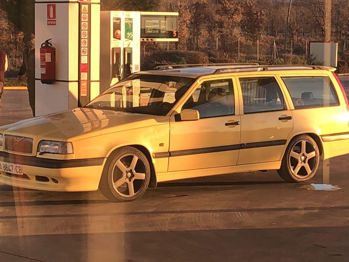 Volvo 850r Cream Yellow Wagon2 -
